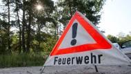 In Südhessen versucht die Feuerwehr einen Waldbrand zu löschen. (Symbolbild)