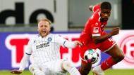 Der Düsseldorfer Kevin Danso (rechts) und der Karlsruher Philipp Hofmann kämpfen um den Ball.