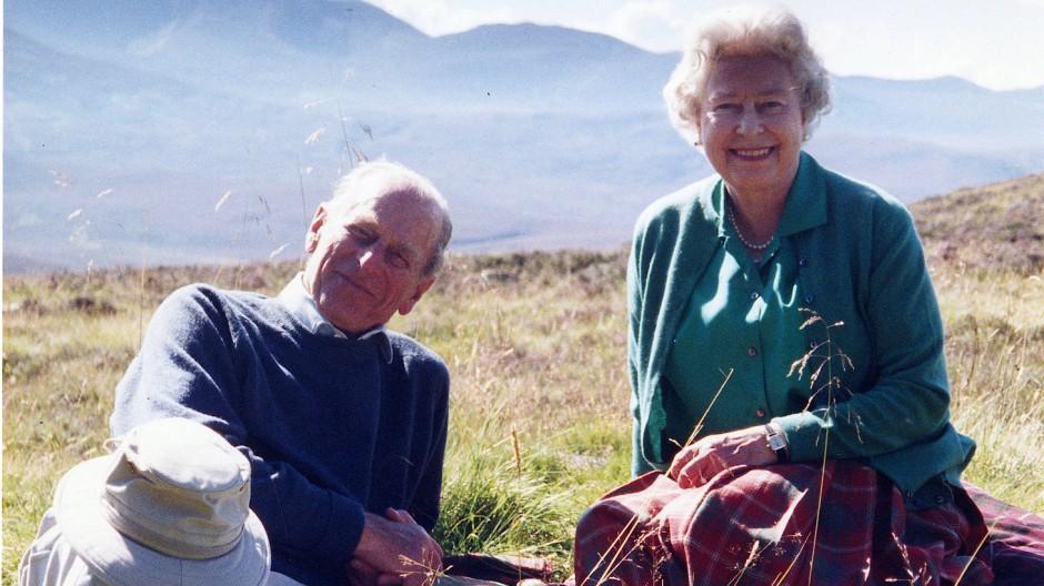 Ein privates Bild, das der Buckingham-Palast veröffentlicht hat, zeigt Prinz Philip und Königin Elisabeth II. in Schottland .