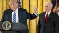 Donald Trump und Vizepräsident Mike Pence bei der Vereidigung von Ministern im Weißen Haus