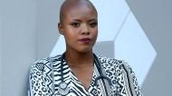 Sie studierte Medizin, um Menschen zu helfen, steckte sich noch während der Ausbildung mit Tuberkulose an: Zolelwa Sifumba will die tagtäglichen Risiken für das medizinische Personal allen vor Augen führen.