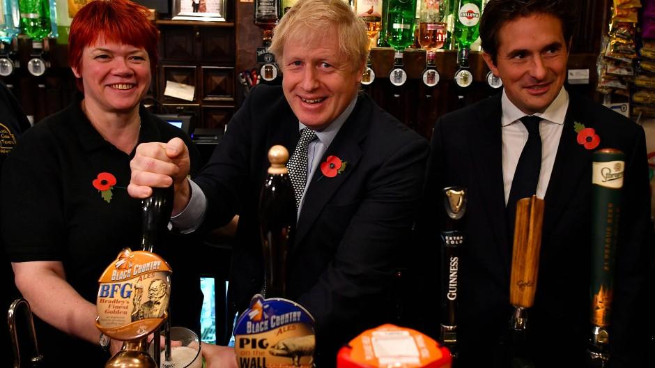 Anders als bei der Brexit-Kampagne kann Boris Johnson beim Bierzapfen niemandem ein X für ein U vormachen.