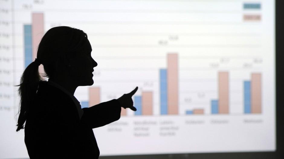 Noch immer sind Frauen in den Führungsetagen deutscher Unternehmen unterrepräsentiert. Nur 12,8 Prozent der DAX-Vorstände sind weiblich.