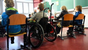 Forscher: Mehr Pädagogen und positive Haltung nutzen der Inklusion
