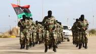 Libysche Soldaten bei einer Parade im November: Die Armee liefert sich seit Monaten Gefechte mit den Islamisten