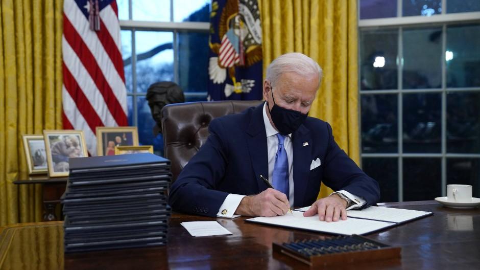 Der neue amerikanische Präsident Joe Biden hat gleich an seinem ersten Amtstag 17 wichtige Verordnungen unterzeichnet, die eine radikale Abkehr vom Kurs seines Vorgängers Trump einleiten.