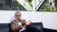 Mit Fliege: Helmut Reitze verlässt den HR in Richtung Ruhestand.