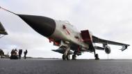 Ein Tornado-Flugzeug am Luftwaffenstützpunkt Jagel (Schleswig-Holstein). Von hier aus werden die Flugzeuge auf den Nato-Stützpunkt Incirlik in der Türkei verlegt.