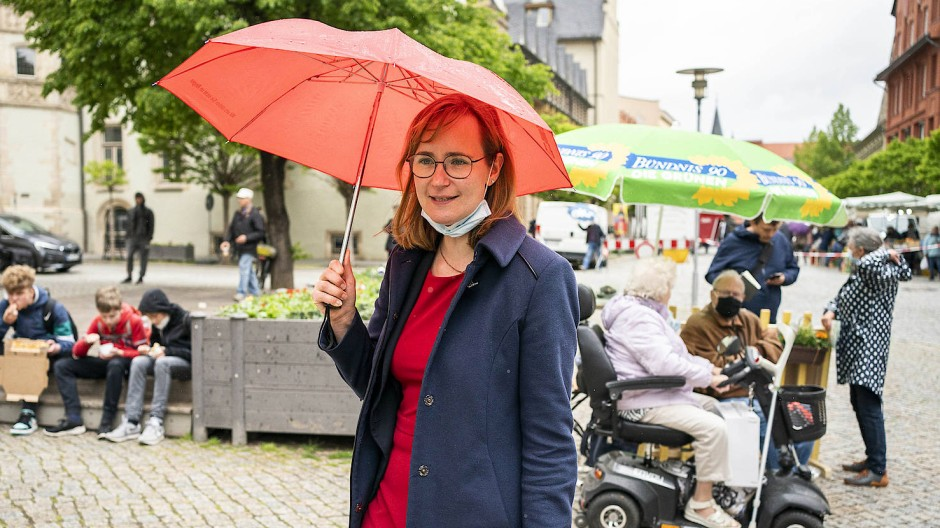 Eva von Angern, Spitzenkandidatin der Partei Die Linke in Sachsen-Anhalt, beim Wahlkampf in Aschersleben am 27.05.2021.