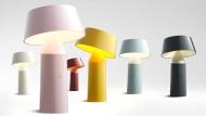 BICOCA Christophe Mathieu wurde in Hamburg geboren, wuchs aber in Spanien auf. Für Marset in Barcelona hat er schon etliche Produkte entworfen, zuletzt diese kabellose LED-Leuchte aus Polycarbonat mit schwenkbarem Lampenschirm. Sechs Farben werden angeboten. Wer mag, kann als Zubehör auch einen Untersatz mit einem starken Magneten erwerben, mit dem Bicoca an Metalloberflächen befestigt werden kann. So wird sie sogar zur Wand- oder Deckenleuchte.