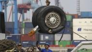 Ein Kran liftet ein Paar Räder, die nach dem Absturz des Passagierflugzeugs der Fluggesellschaft Lion Air geborgen wurden.