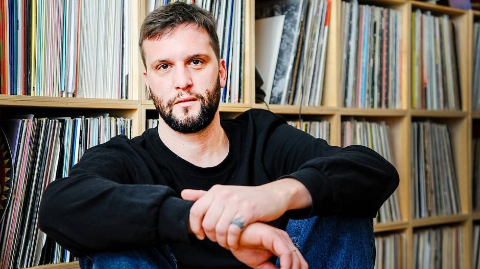 Der Frankfurter DJ Oliver Hafenbauer vor seiner Plattensammlung
