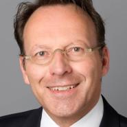 """Günther Bernd  - Portraitaufnahme für das Blaue Buch """"Die Redaktion stellt sich vor"""" der Frankfurter Allgemeinen Zeitung"""