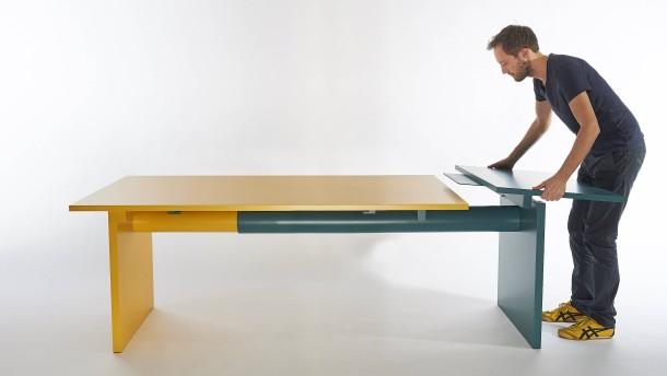 Ein Tisch mit Pipeline aus Papier