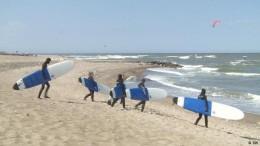"""Kaltes Hawaii"" lockt Surfer aus aller Welt"