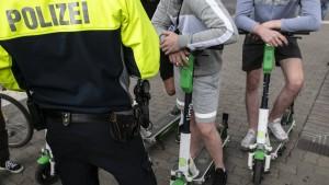 Scheuer will Verstöße mit E-Tretrollern konsequenter bestrafen