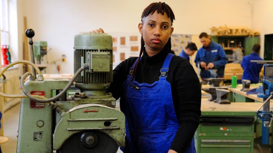 Eine Schülerin aus Guinea bei der Ausbildung in der Metallwerkstatt.