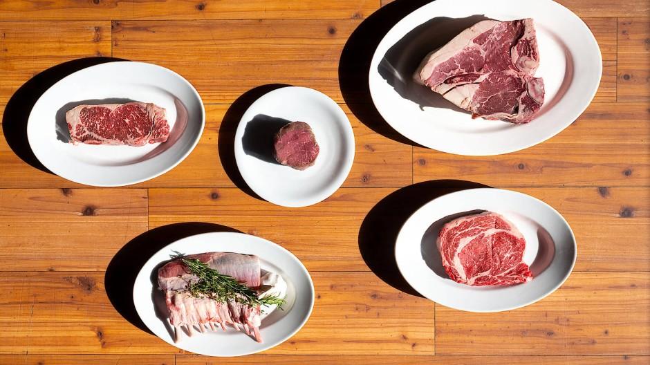 Steakangebot von links im Uhrzeigersinn: New Yorker Sirloin (Rumpsteak), Filet, Porterhouse, Ribeye und Lammcarree