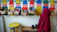 Alle Wichtel nur für Kayas Jacke: Platzmangel gibt es in der Inselschule nicht