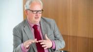 """""""Heime sind besser als ihr Ruf"""": Pflege-Experte Bernhard Emunds"""