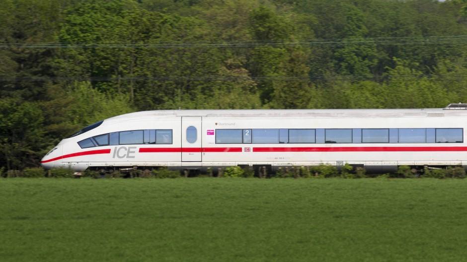 Schnelle Fahrt: ICE 3 durchfährt die Landschaft mit 200 km/h bei Duisburg.