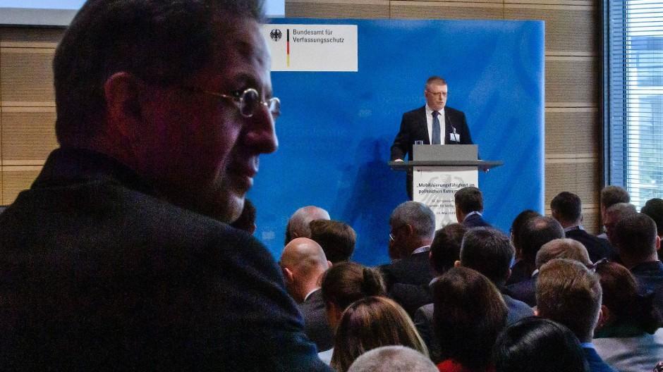 Der frühere und der aktuelle Präsident des Bundesamtes für Verfassungsschutz: Hans-Georg Maaßen (l.) und Thomas Haldenwang am Montag in Berlin