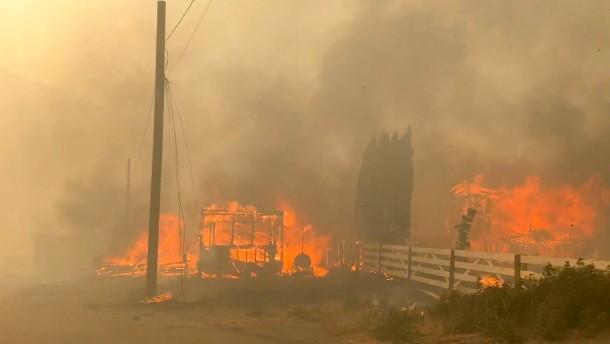Kanadisches Dorf von Feuerwalze überrollt
