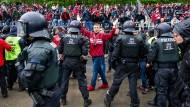 Kaiserslautern-Fans bewerfen Spieler mit Stangen