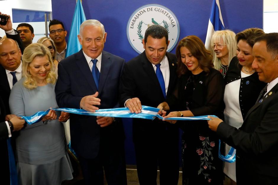 Israels Ministerpräsident Benjamin Netanyahu und Guatemalas Präsident Jimmy Morales bei der Eröffnung der guatemaltekischen Botschaft in Jerusalem.