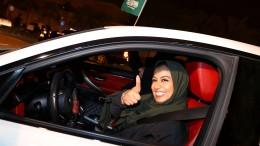Frauen feiern Ende des Fahrverbots