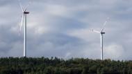 Zwei Windräder stehen bereits im Wald von Hünfeld-Dammersbach - und weitere sollen trotz Protest folgen.