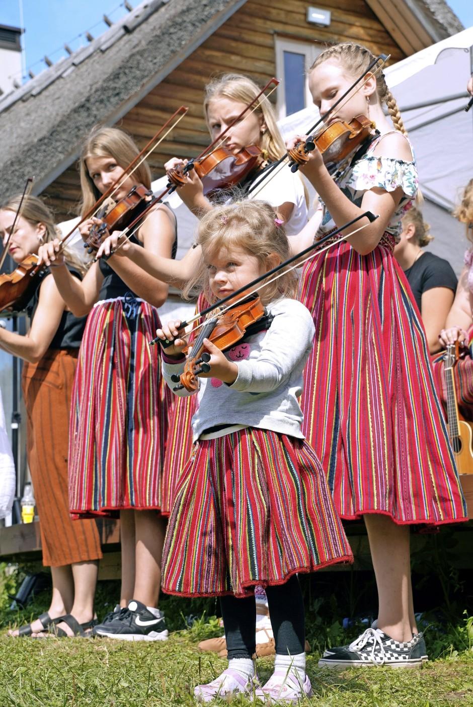 Kinder in den für die Insel typischen Röcken beim Musikfest.