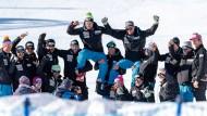Hoch soll'n sie leben: Das Schweizer Team feiert den Kombinations-Weltmeister Luca Aerni (rechts) und den Drittplazierten Maruo Caveziel.