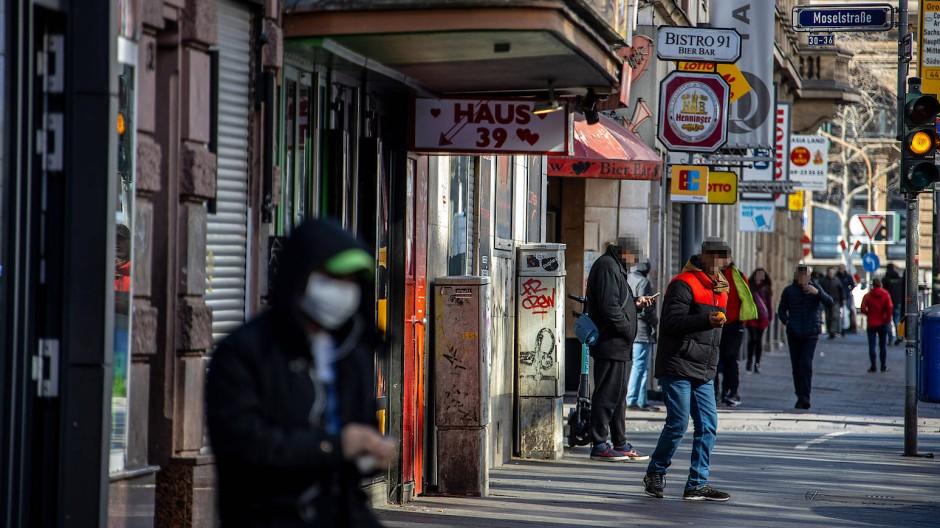 Drogenabhängige und Dealer stehen noch weiter in der Frankfurter Taunusstraße und angrenzenden Straßen, zum Teil in größeren Gruppen.