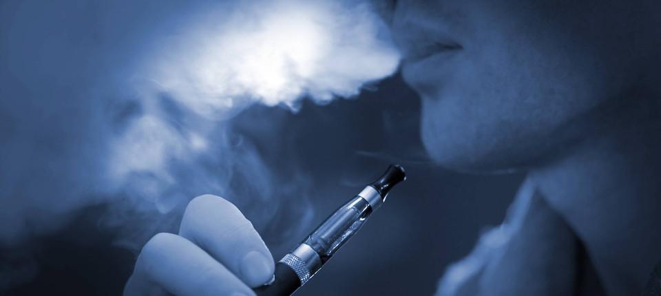 wie sch dlich ist dampfen mit der e zigarette ohne tabak. Black Bedroom Furniture Sets. Home Design Ideas