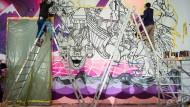 """Das Humboldt-Forum setzt die Tradition der Auftragskunst aus dem Palast der Republik fort: Raoul und Davide Perre arbeiten an ihrem 375 Quadratmeter großen Wandbild """"Weltdenken""""."""