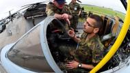 Bundeswehrsoldaten auf der Internationalen Luft- und Raumfahrtausstellung ILA in einem Flugzeug des Typs Tornado
