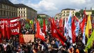 Demonstranten protestieren auf dem Münchner Odeonsplatz gegen das neue bayerische Polizeiaufgabengesetz.