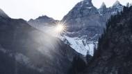 30. September 2015. Dies ist keine Leuchtrakete, sondern das Gold der Sonne, welches durch das Martinsloch scheint. Es ist ein 17 m hohes und 19 m breites Felsenfenster auf zirka 2600 m Höhe im großen Tschingelhorn in der Schweiz .
