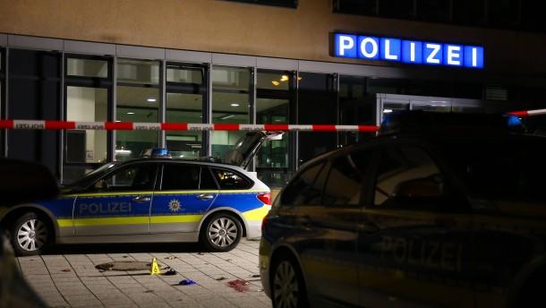 Mann attackiert Polizisten mit Messer und wird erschossen