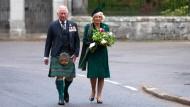 Prinz Charles und seine Frau Camilla gedenken am Kriegsdenkmal im schottischen Balmoral des Kriegsendes vor 75 Jahren.
