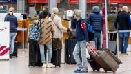 Abflug: Passagiere checken am Flughafen Hamburg zum Flug nach Palma de Mallorca ein.