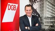 Will Tariferhöhungen nur für Mitglieder: Philipp Jacks in seinem Büro im Frankfurter Gewerkschaftshaus.