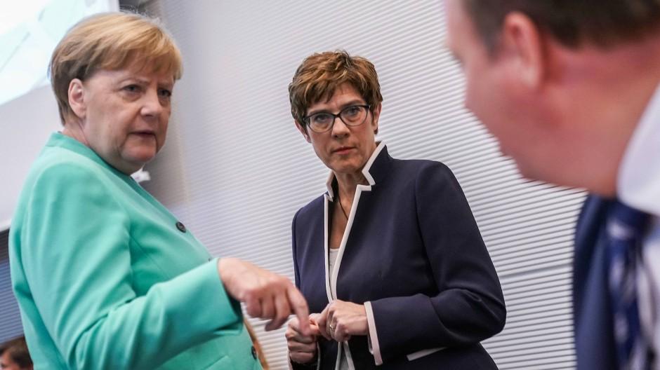 Die eine forsch, die andere vorsichtig: Merkel und Kramp-Karrenbauer vor einer Fraktionssitzung Ende Juli.