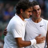 Roger Federer (links) und Rafael Nadal umarmen sich nach dem geschichtsträchtigen Wimbledon-Finale 2008.