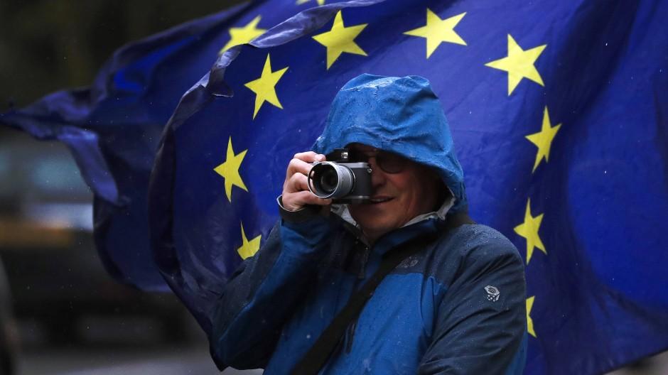 Die Regeln sind ein Geschenk an Google, Facebook, Twitter und Co. Sie sind ein Attentat auf deutsche Rechteinhaber.