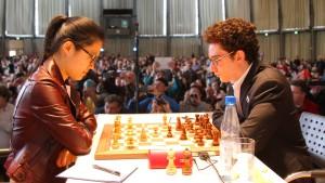 Ausmanövriert: Hou besiegt in Karlsruhe den Amerikaner Caruana.