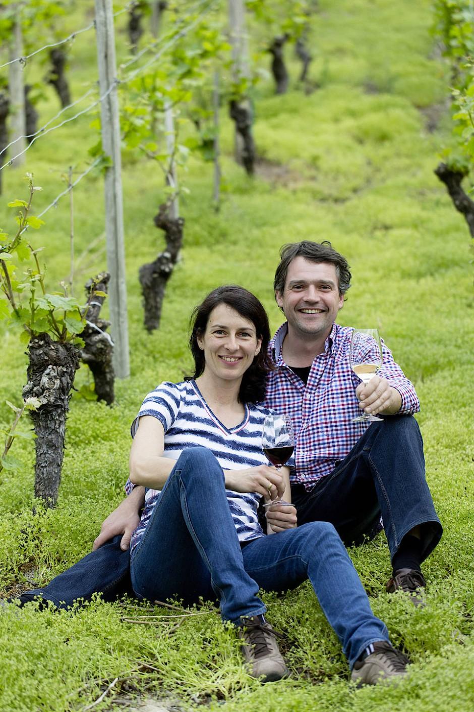 Winzer Andreas Laible genießt mit seiner Frau Petra im Weinberg ein Glas Wein.
