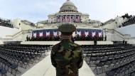 Eine Band des Marine Corps bereitet sich vor: Auf der Bühne vor dem Capitol wird der designierte Präsident Trump seinen Schwur leisten.