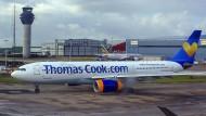 Ein Flugzeug von Thomas Cook steht auf dem Rollfeld des Flughafens von Manchester.